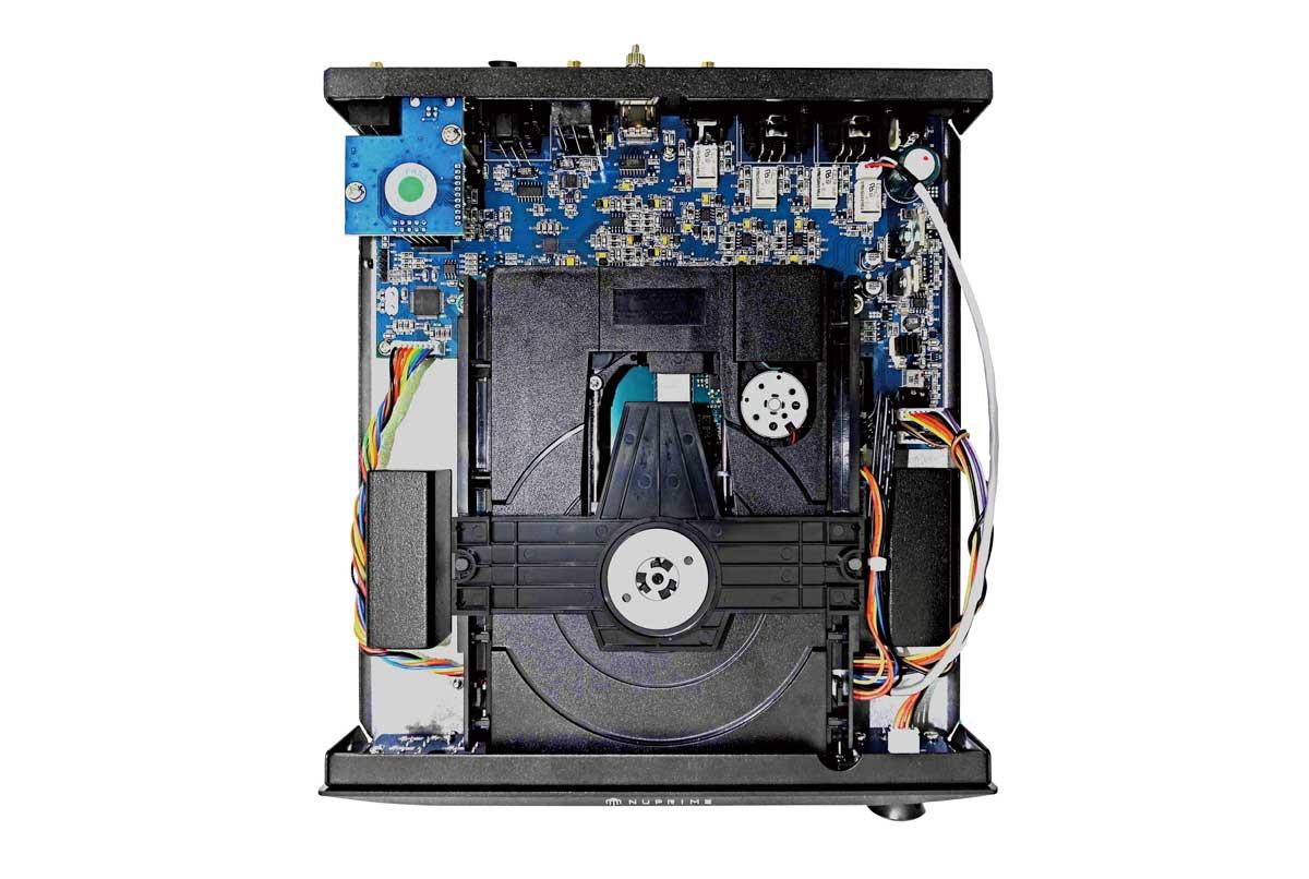画像: 横幅235mm、奥行281mmの小型な筐体にディスクトレイを組み込んでいるので、内部はぎっしりと基板等で詰まっている