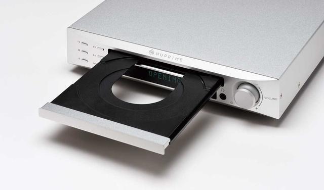画像: ディスクトレイを開けた様子。CD再生を含むすべてのデジタル入力はサンプリングレートをPCM 44.1kHz~768kHz、DSD 2.8MHz〜22.6MHzにアップサンプリングして再生することができる