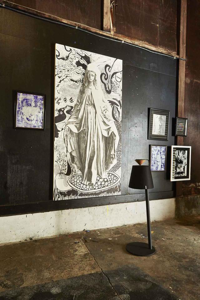 画像: 展示のテーマは「宗教」(=世界観)だという。メインで展示される聖母マリアと思しきイラストレーション。木炭と油性ペンで描かれている