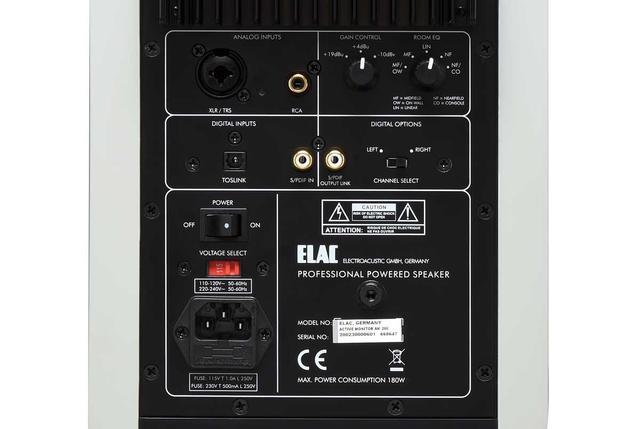 画像: リア側に入出力端子と機能調整のノブを備える。ゲインコントロールは、「+19dB」「+4dB」「-10dB」を装備。さらに、AM200の特徴のルームEQ切り替えは右上のノブで行なう。スタンドを使ったフロアー設置の場合は3パターンから選べ、1mの近接使用の場合は「NF」、2mの場合は「MF」、それ以外のときは「LIN」を選択する。背面が壁に近接しているときは「MF/OW」を使い、本棚などに入れて使うときは「MF/OW」や「LIN」がおすすめされている