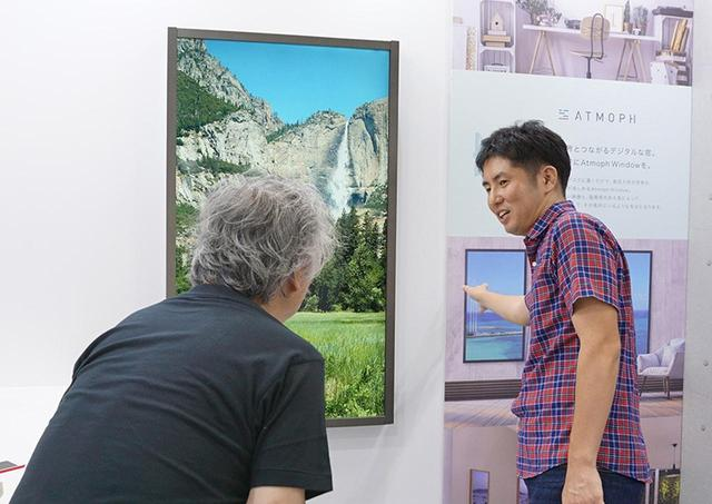画像: 60インチクラスの4K液晶パネルを使った大型デジタル窓も展示されていた