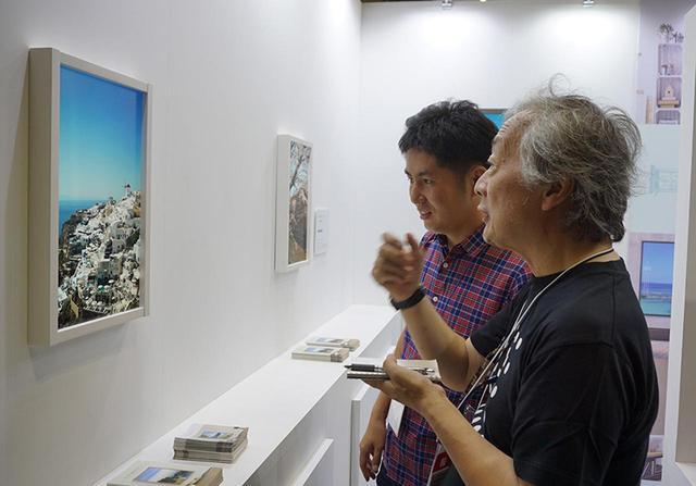 画像: DESIGN TOKYOのJOLED/アトモフブースにて。アトモフ株式会社の中野恭兵さんに詳しいお話をたっぷりうかがった