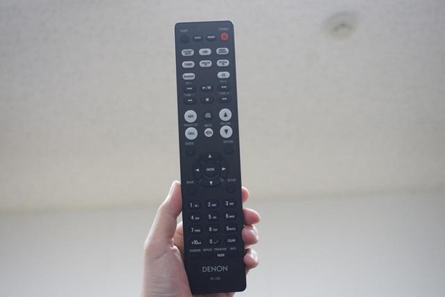 画像: ブラックモデルのリモコン。ホワイトモデルは、筐体と同じ白色リモコンが付属する