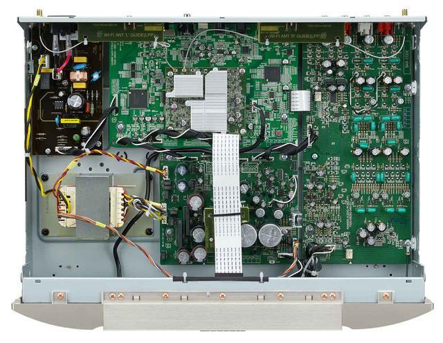 画像: 右側がHDAM/HDAM-SA2搭載フルディスクリートアナログ回路。音質を高めるべく、試作と試聴を重ねてパーツを厳選したという