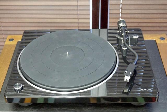 画像: アナログレコードプレーヤー「DP-400」。アナログ盤の再生に特化したモデルだ