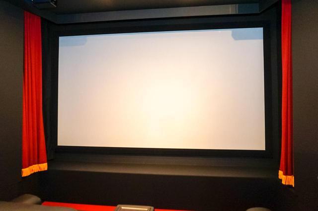 画像: 新宿アバック座は、150インチのサウンドスクリーンを採用。専用のiPadで操作すると自動でカーテンが開き、照明が落とされる