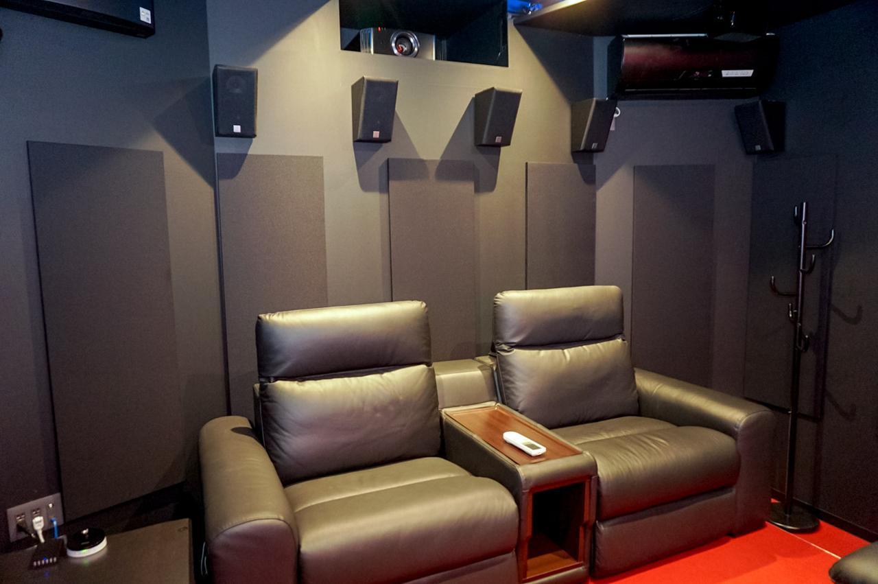 画像: 座席は4つともゆったりしたサイズで、電動リクライニング付き。迷光対策でエアコンも黒塗りとなっている