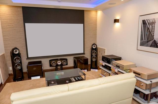画像: サラウンド視聴ルーム「サウンデリア」は、フロアースピーカー7台、トップスピーカー12台、サブウーファー2台を設置。トップスピーカーをどの位置にするかなど、構成を切り替えつつ試聴できる。フロントスピーカーはB&W「803 D3」なのでピュアオーディオの試聴にも対応可能だ