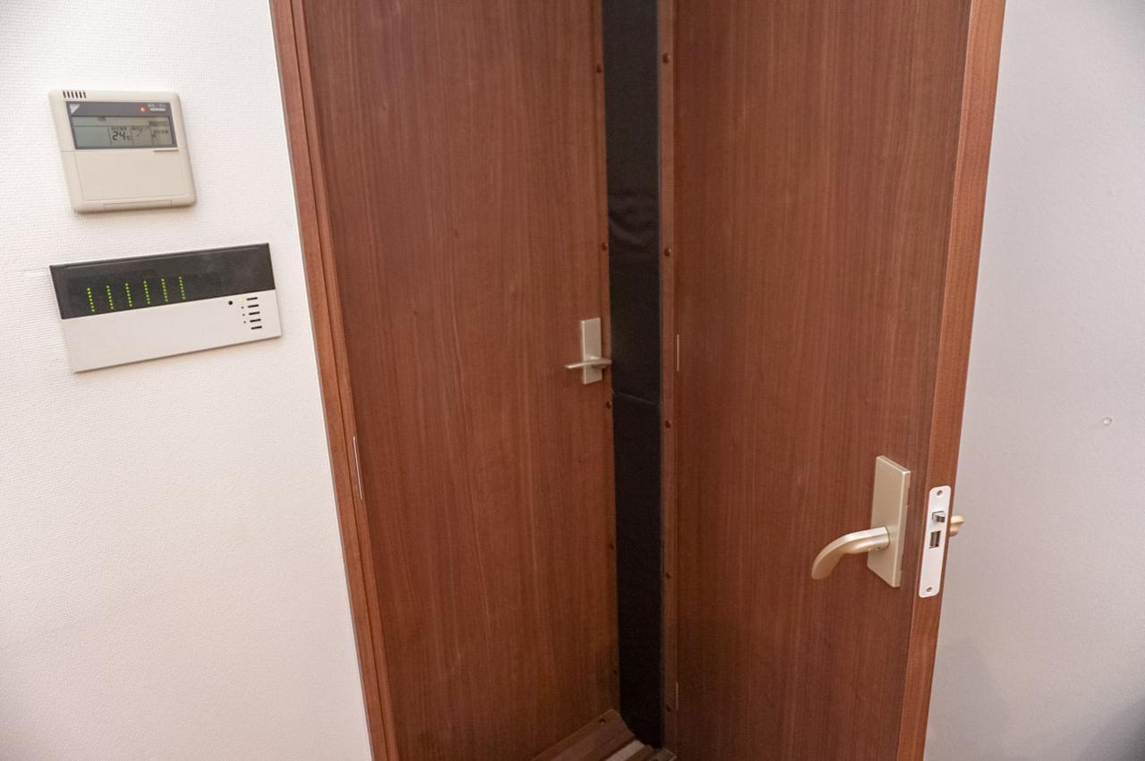 画像: ルーム・イン・ルーム構造のため扉も二重。扉と扉の間(黒い部分)にも吸音材が仕込まれている
