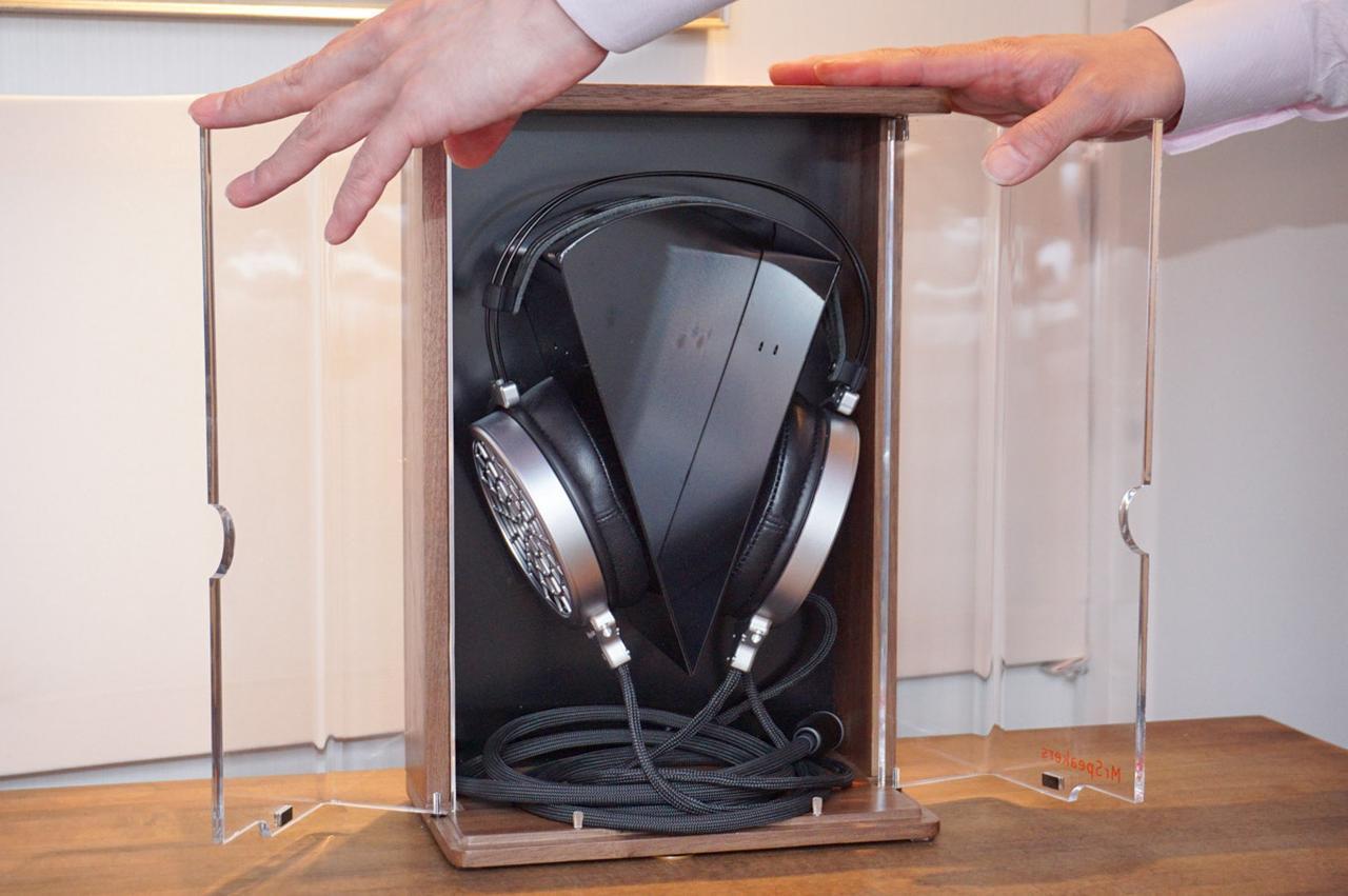 画像: 観音開きのフォルナット製専用ケースが付属する。このまま飾っておけるのが嬉しい
