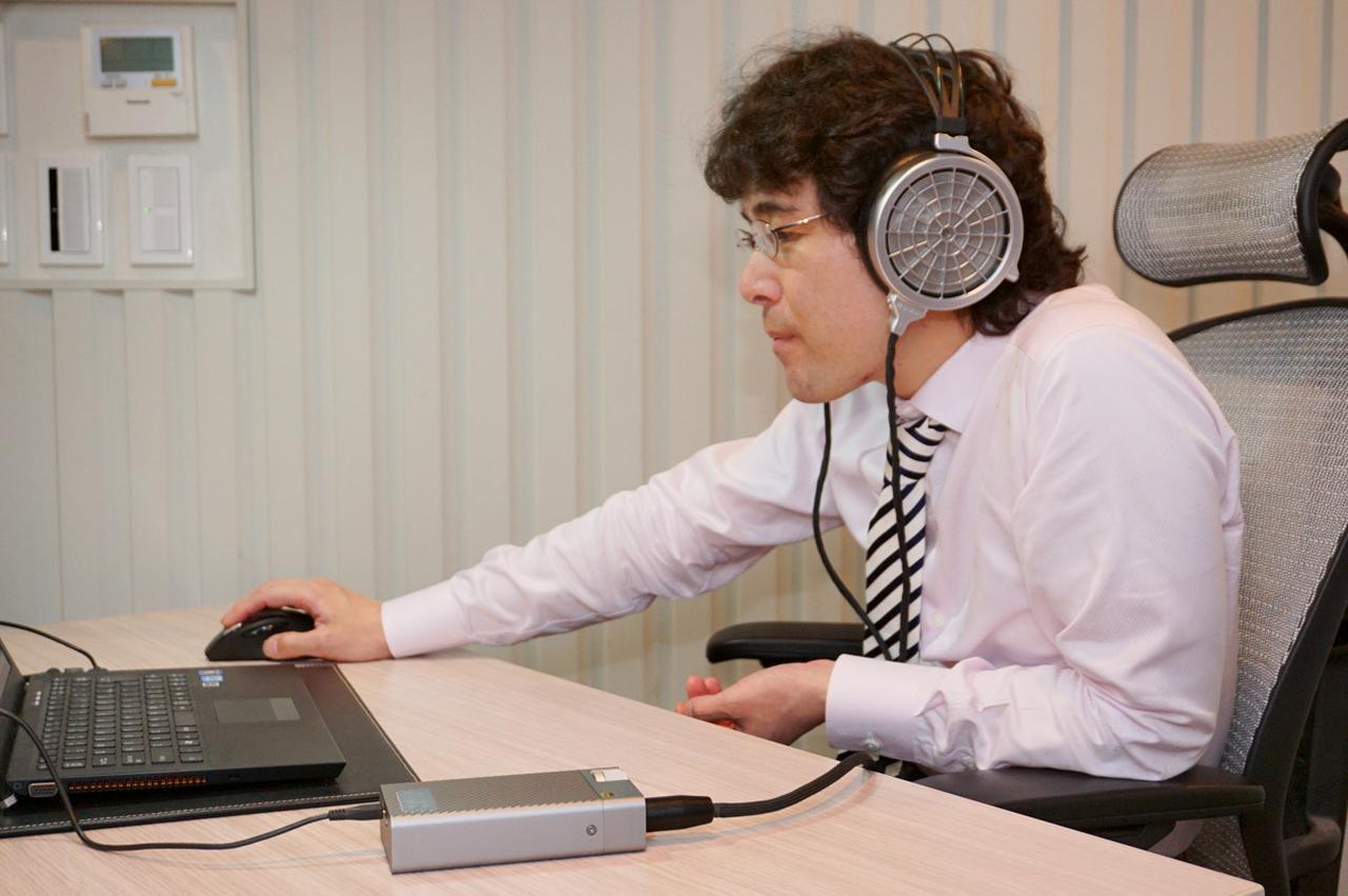 画像: VOCEの上質なサウンドを楽しむ木村氏。WAVファイルは、アンプをUSB DACとして使って聴いている