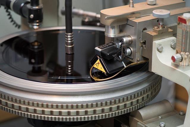 画像: 武沢 氏は長年の経験をもとに、オーディオ機器で楽しむのに最適なサウンドをグルーブに刻んでいく