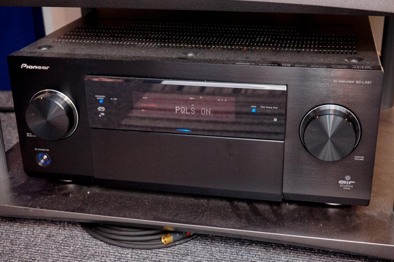 画像: 木村氏の使うAVアンプはパイオニア「SC-LX87」。電源をオンにし、機器同士を認識すると「PQLS ON」と表示される
