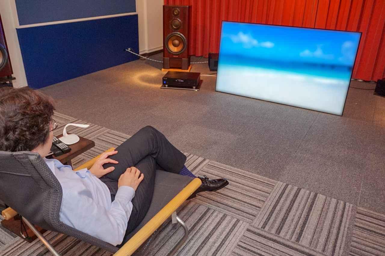 画像: 『宮古島・癒しのビーチ』を視聴する木村氏