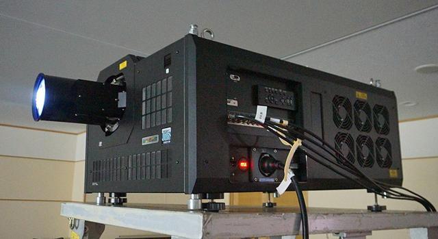 画像: 8K解像度を持つDLPチップを搭載した業務用8Kプロジェクター。2SI信号の入力も可能