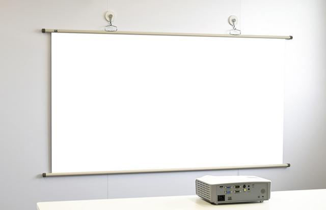 画像: スクリーンは16:9で77インチ。この中に4:3映像を投写すると約62インチ、WXGA(16:10)では約71インチになる