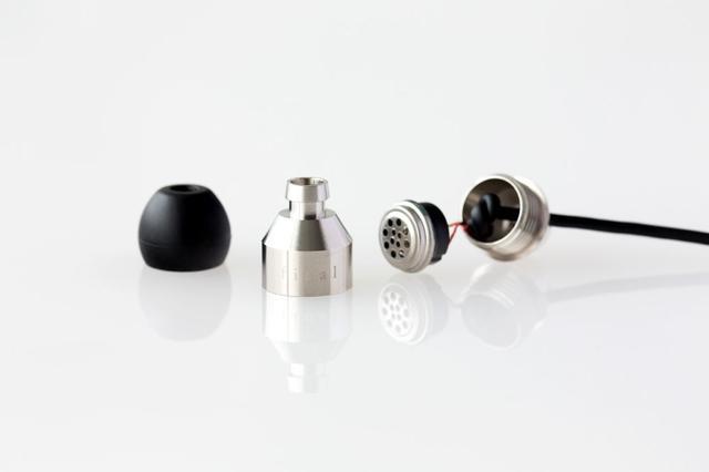 画像: 組立に使うハイレゾ対応イヤホン「TANE SILVER」。8.5mmのダイナミック型ドライバーを搭載し、ハイレゾに対応する。ハウジングは開閉可能で、内部のフィルターやイコライザーを交換することで、好みの音色を作り出すことが可能だ