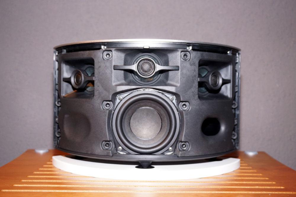 画像: ▲左右+中央に同軸配置のスピーカーを搭載、中央のウーファーをあわせて3.1chスピーカー構成となっている