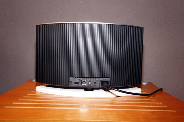 画像: ▲背面は、ルーバー状となっている。一部がアンプやデジタル回路等のヒートシンクを兼ねており、デザイン性と機能性を両立している。光デジタル音声入力も可能