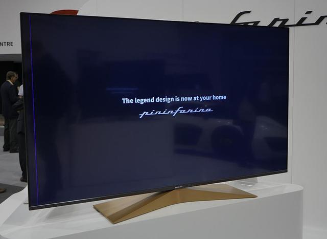 画像: ピニンファリーナデザインのテレビ。脚に色を配して、パネルとの素材感の違いを演出している