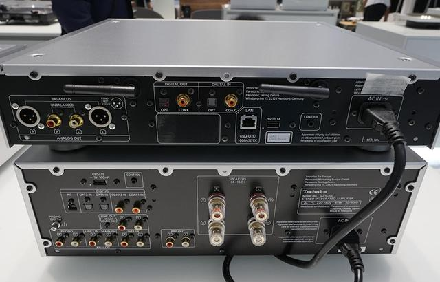 画像: バックパネル(画像上段)を見ると、DAC用のUSB端子がないことに気付く。PCからの再生はネットワーク経由になる