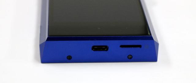 画像: マイクロSDカードスロットは下面に移動。カバーのないタイプだ