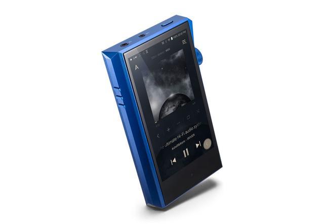 画像: Astell&Kernのオーディオプレーヤー「A&ultima SP1000M」。カラーリングはブルーのみという。背面はカーボン模様となるそうだが、写真は試作品で変更になる可能性もあるという