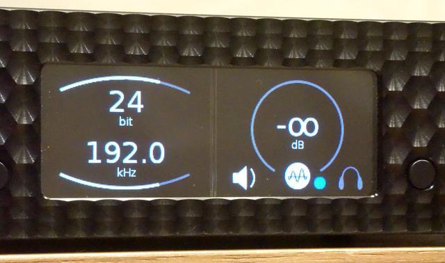 画像: ▲MQA再生時は、ディスプレイ右側下のMQAロゴと青い丸印が点灯する。写真は「Brooklyn DAC+」が「MQA Studio」を認識しているところ