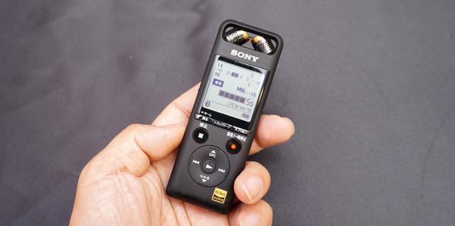 画像: ▲ソニーのICレコーダーの新製品「PCM-A10」。本機はリニアPCM収録が可能でありながら、コンパクトさを兼ね備えている。手のひらで「ハイレゾ」が録れるわけだ