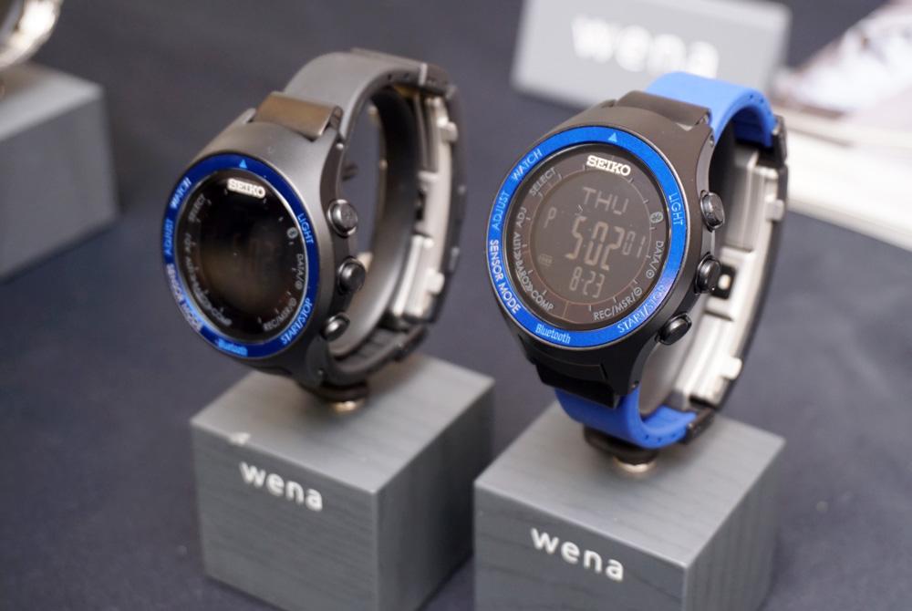 画像: ▲「SEIKO Digital WNW-SA02A」。左がブルーブラックカラー、右がブルーモデルに同梱のブルーバンドを取り付けた状態だ