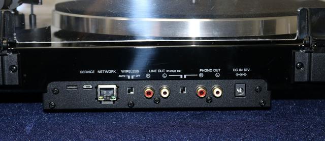 画像: ▲VINYL 500のリア。LAN端子やワイヤレス機能のオン/オフスイッチがある