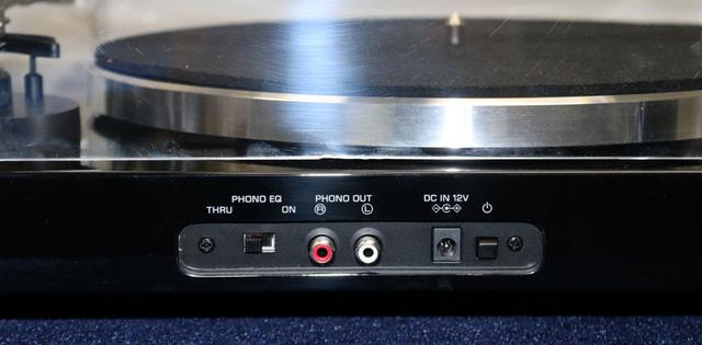 画像: ▲「TT-S303」のリア。アナログ音声出力は1系統(RCA)で、フォノ出力とライン出力の切替え式
