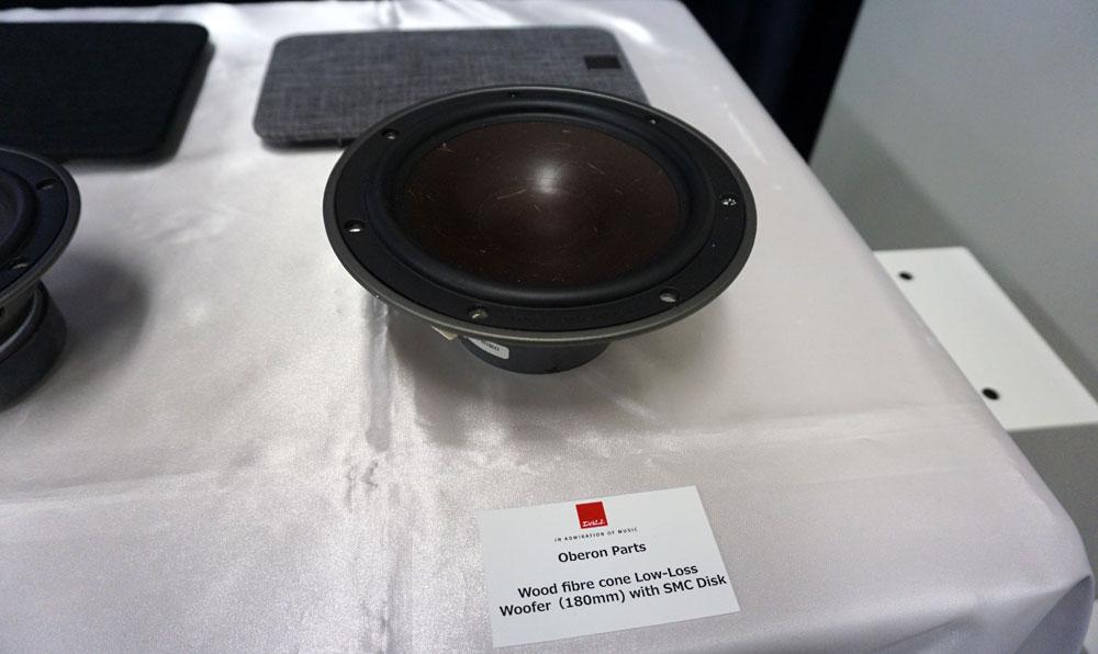 画像: ▲赤茶色のウッドファイバーコーンはすでに同社おなじみのもの。写真7インチ(=18cm)口径ウーファーは「オベロン3」と「7」に搭載される。センソールでも同じサイズを採用していた