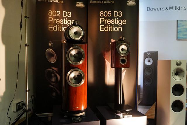 画像: ▲左が「802D3」、右が「805D3プレステージ・エディション」。「800D3」シリーズでは基本色としてローズナットとピアノブラックを用意する(それぞれ価格は異なる)