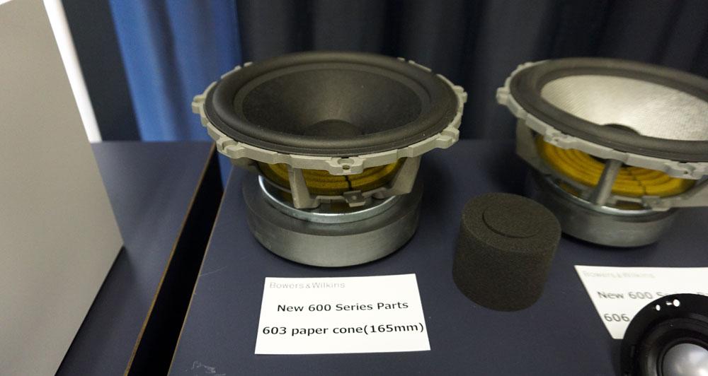 画像: ▲「606」のペーパーコーン紙は厚みのあるものを使い、マグネットも強力なフェライトを用いている。防振プラグは「700」シリーズと同様のもの