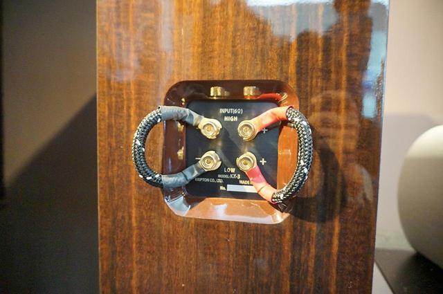 画像: スピーカー端子はバイワイヤリング対応。写真のジャンパー線は内部配線材と同じものを使用している