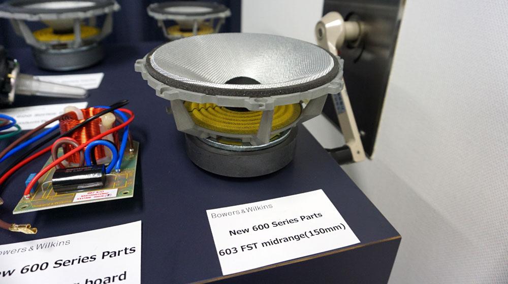 画像: ▲コンティニュアム布織振動板を使った「603」のミッドレンジユニットのシャーシは、TMD(チューンド・マス・ダンパー)付きのアルミダイキャスト製。エンクロージャーからの振動影響を受けないようにデカップリングマウントされる