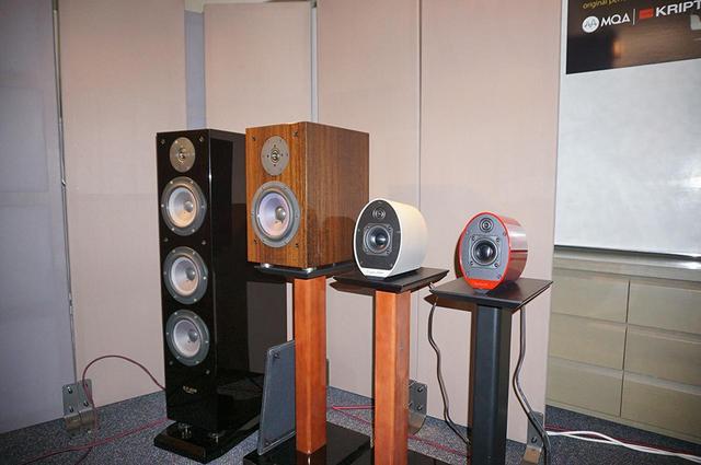 画像: 一番左からフラッグシップモデルの「KX-1000P」¥950,000(ペア・税別)、「KX-3Spirit」、さらにアクティブ型の「KS-9Multi+」と「KS-55」。最後の2モデルについては新製品発表その2、3でお伝えする