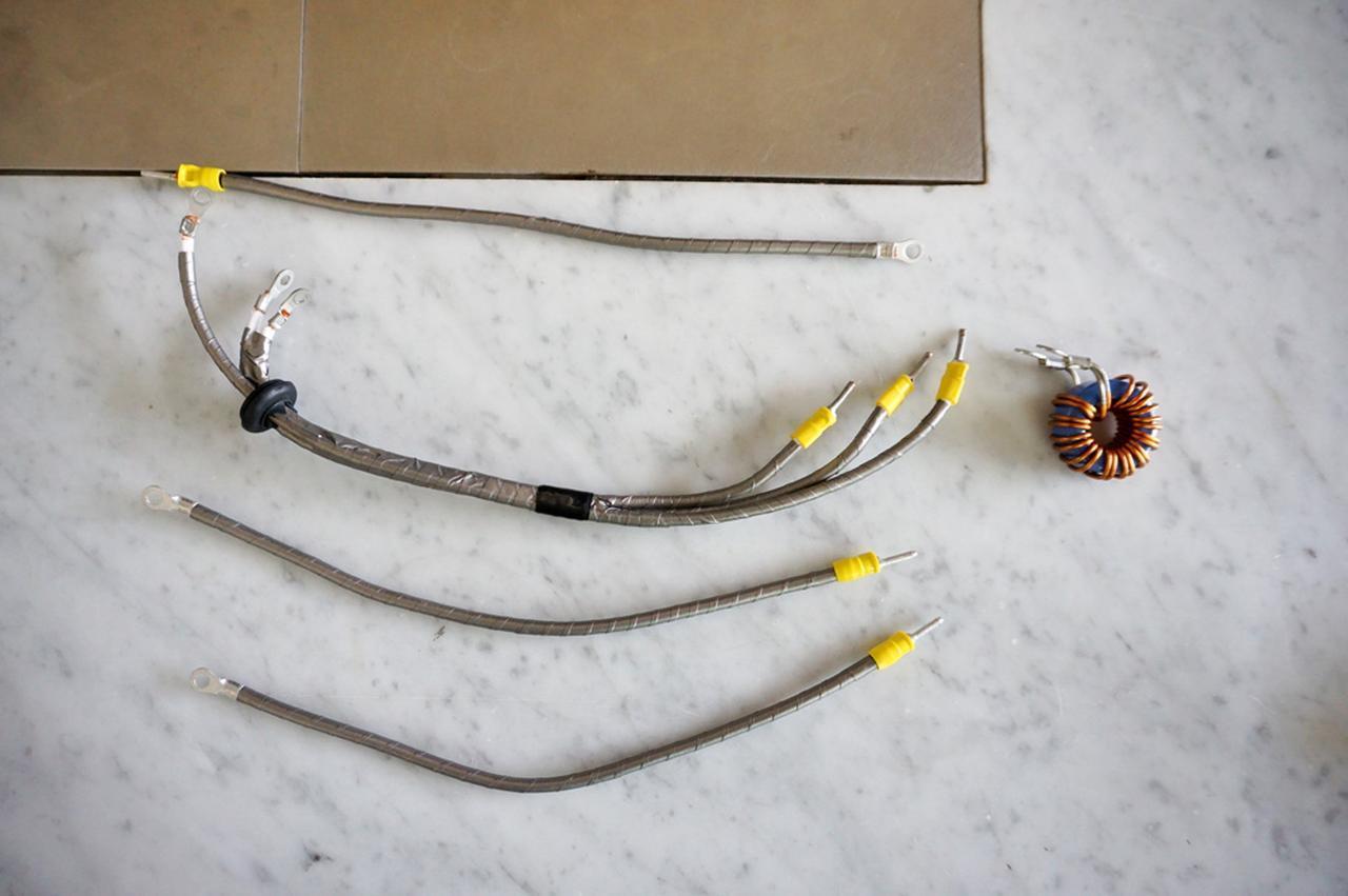 画像: ▲「PB-HR2000」に使われている内部配線材。PC-Triple Cによるジャンパー線に巻かれているのが、バスタレイドというノイズ抑制材だ