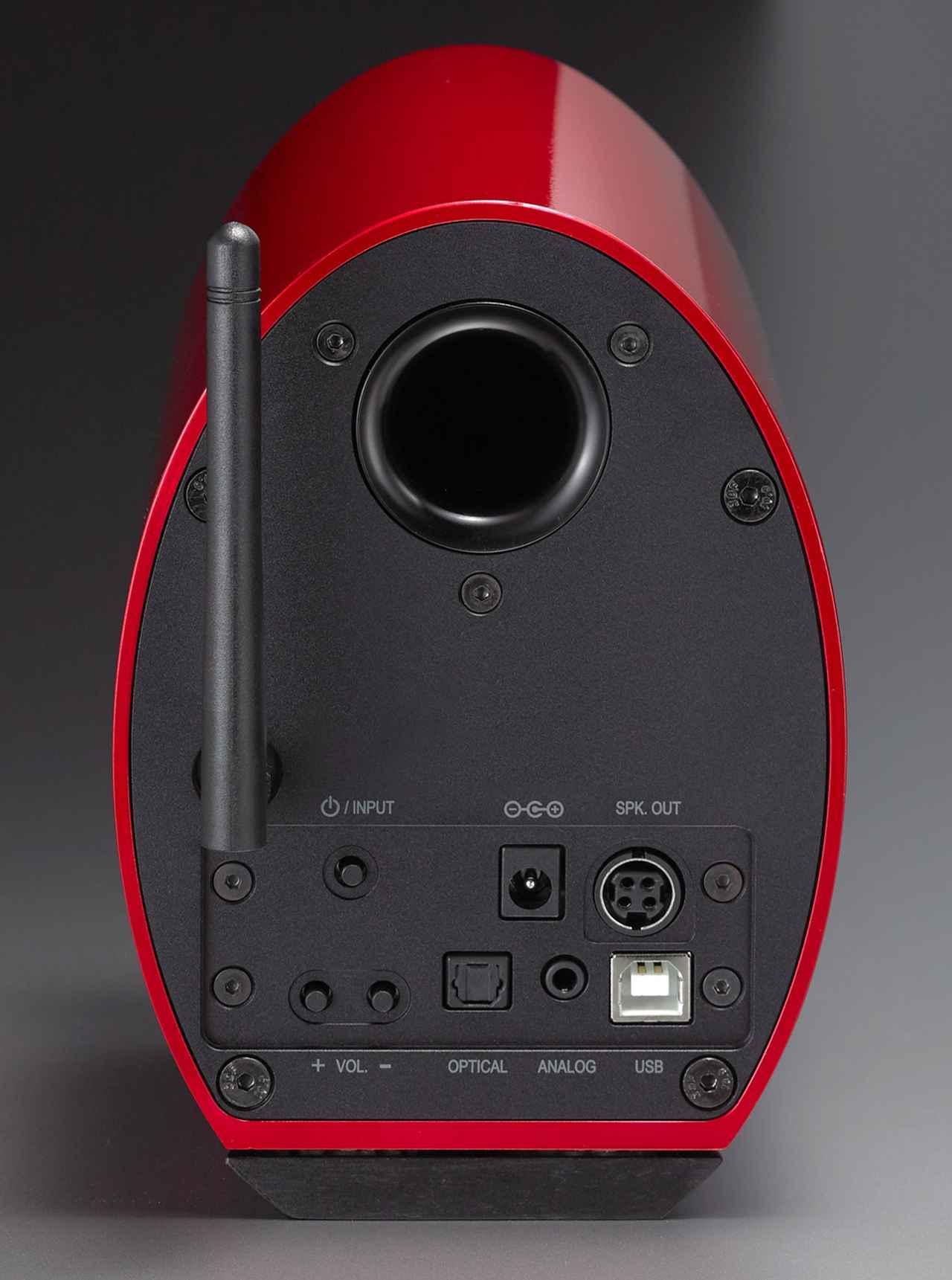 画像: ▲背面にはUSB端子や光デジタル、3.5mmステレオミニアナログなどの入力端子のほか、電源ボタン、ボリュウム、ワイヤレスアンテナなどを装備。バスレフポートは風切り音低減のため、テーパーがつけられている