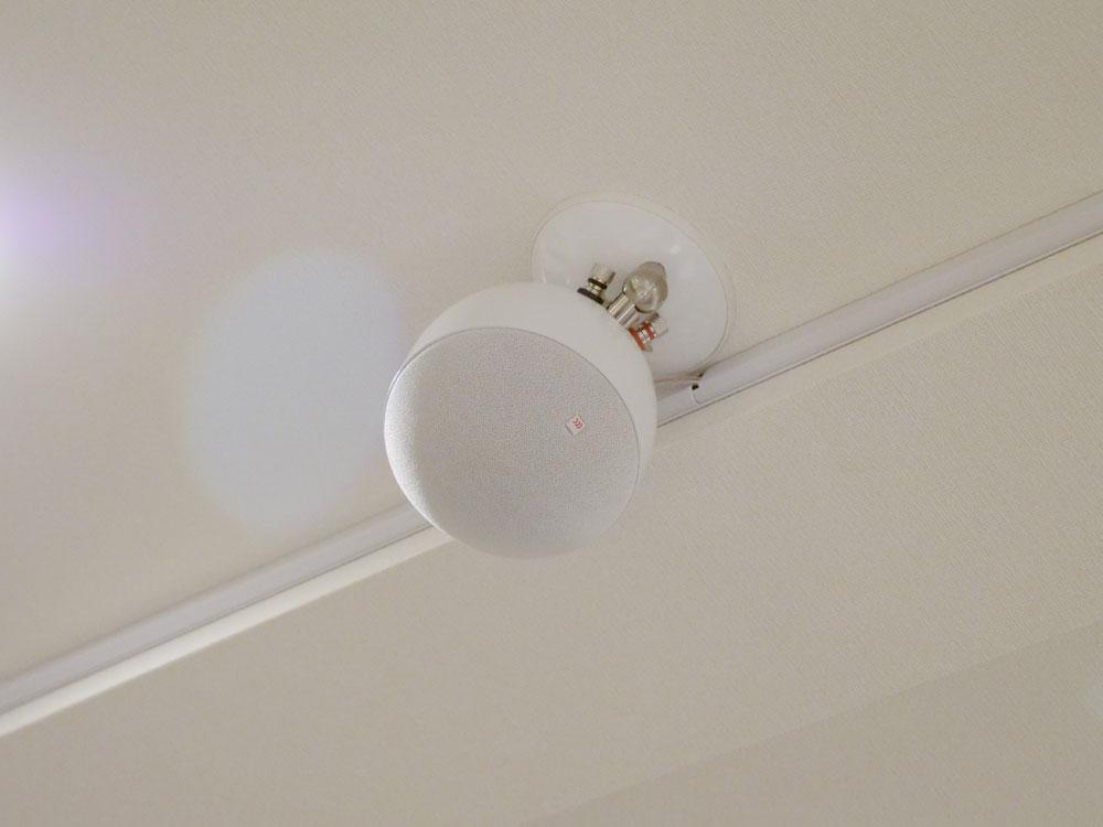 画像: ▲天井に取り付けられていたのは「SP-1」。こちらも同軸ユニット(12mmドーム型ツイーター+85mmコーン型ウーファー)を搭載しており、同シリーズでサラウンド再生すると、空間がシームレスに広がる