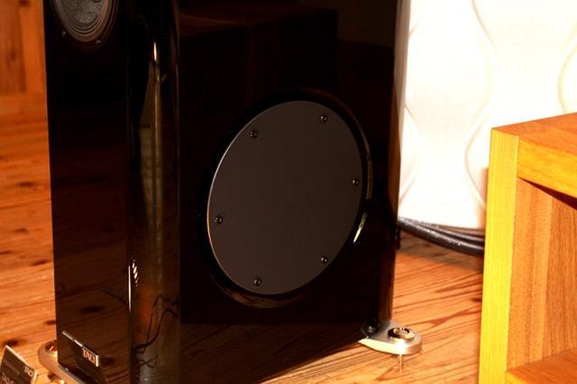 画像: 円形の鋼板パネルが取り付けられたBi-Directional ADSポート部。両側面に搭載されているこの円形鋼板パネルとエンクロージュアの隙間から、前後方向に低音が放射される。