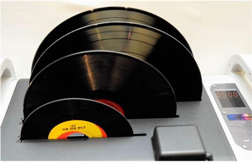 画像: 4枚のレコードを同時に洗浄可能
