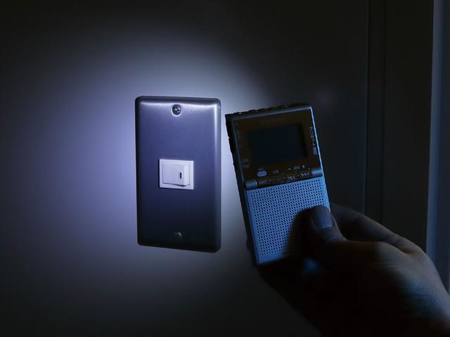 画像: 本体背面にLEDライトを内蔵しており、緊急時など周囲を照らすことができる