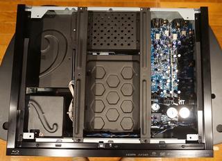 左から電源部、ドライブ&デジタル部、アナログオーディオ部に分かれたシャーシ