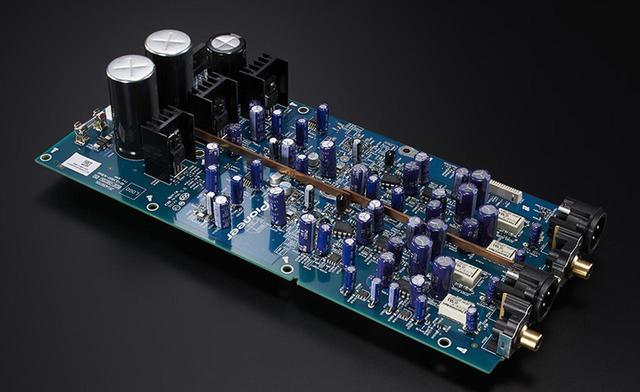 画像: ▲アナログ基板の電解コンデンサー(写真左端)もLX800で初搭載された高音質パーツとなる