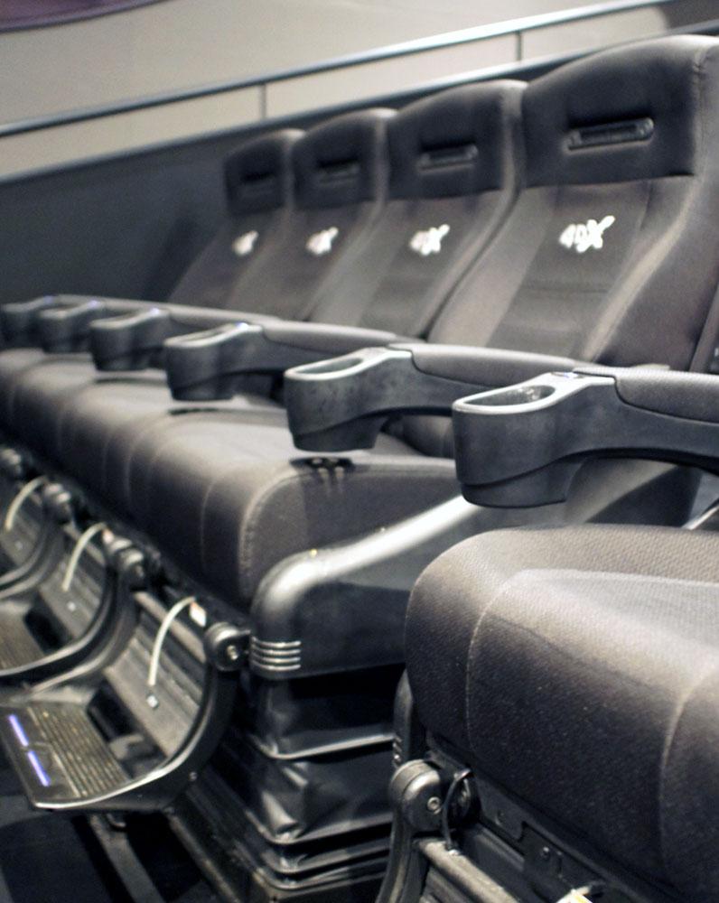 画像: 専用の可動シート。シートが上下左右に大きく動くほか、揺れや衝撃、熱風まで味わえるようになっている