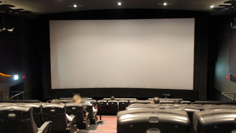 画像: 4DXシアターの内部。大型の可動シートをはじめ、場内のあちこちにさまざまな効果のための設備がある。