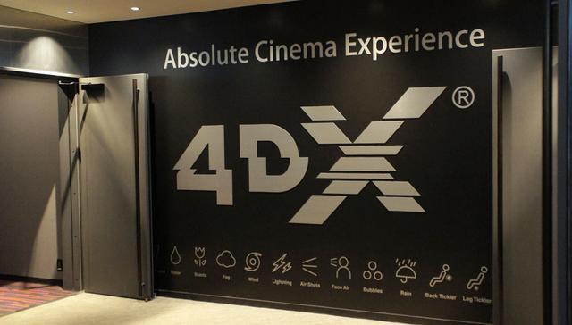 画像: ▲「ユナイテッド・シネマ アクアシティお台場」の4DXシアター。入り口には一面にロゴマークがある