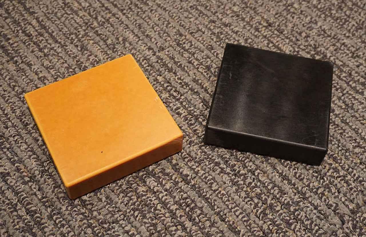 画像: 左がSマテリアルで、右の黒いボードがXマテリアル